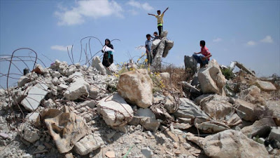 Niños palestinos juegan entre los escombros de las casas destruidas en la última agresión militar israelí contra Gaza en 2014.