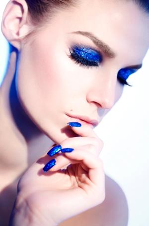 azul klein unhas maquiagem