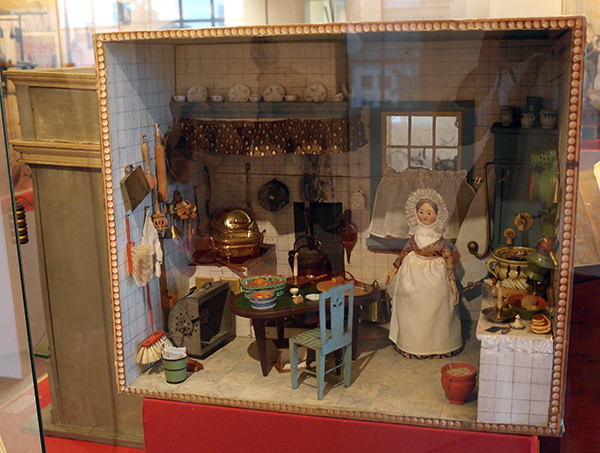 All about dollhouses and miniatures biedermeierkamer 1820 for Poppenhuis te koop