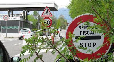 France - Suisse - entre Saint Genis Pouilly et Meyrin, près du CERN / LHC - vers la borne frontière 121 - poste de douane de Meyrin coté France