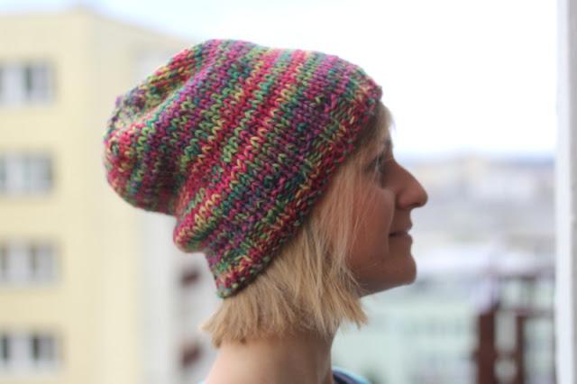 Kolorowa, prosta wełniana czapka na grubych drutach.