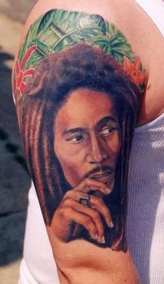 Tatuaje de Bob Marley a color en el hombro