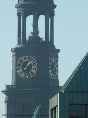 Blick zur belebten Turmspitze vom Michel in Hamburg