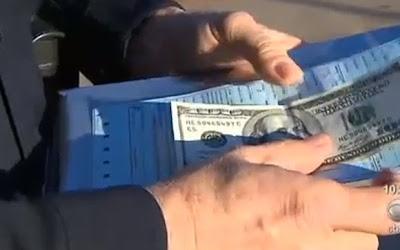 Policial comovido dá multa junto com nota de US$ 100 nos EUA