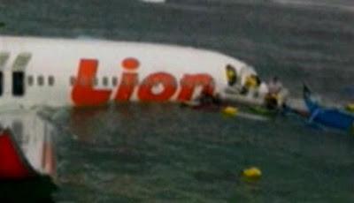 Evakuasi Pesawat Lion Air Jatuh di Bali