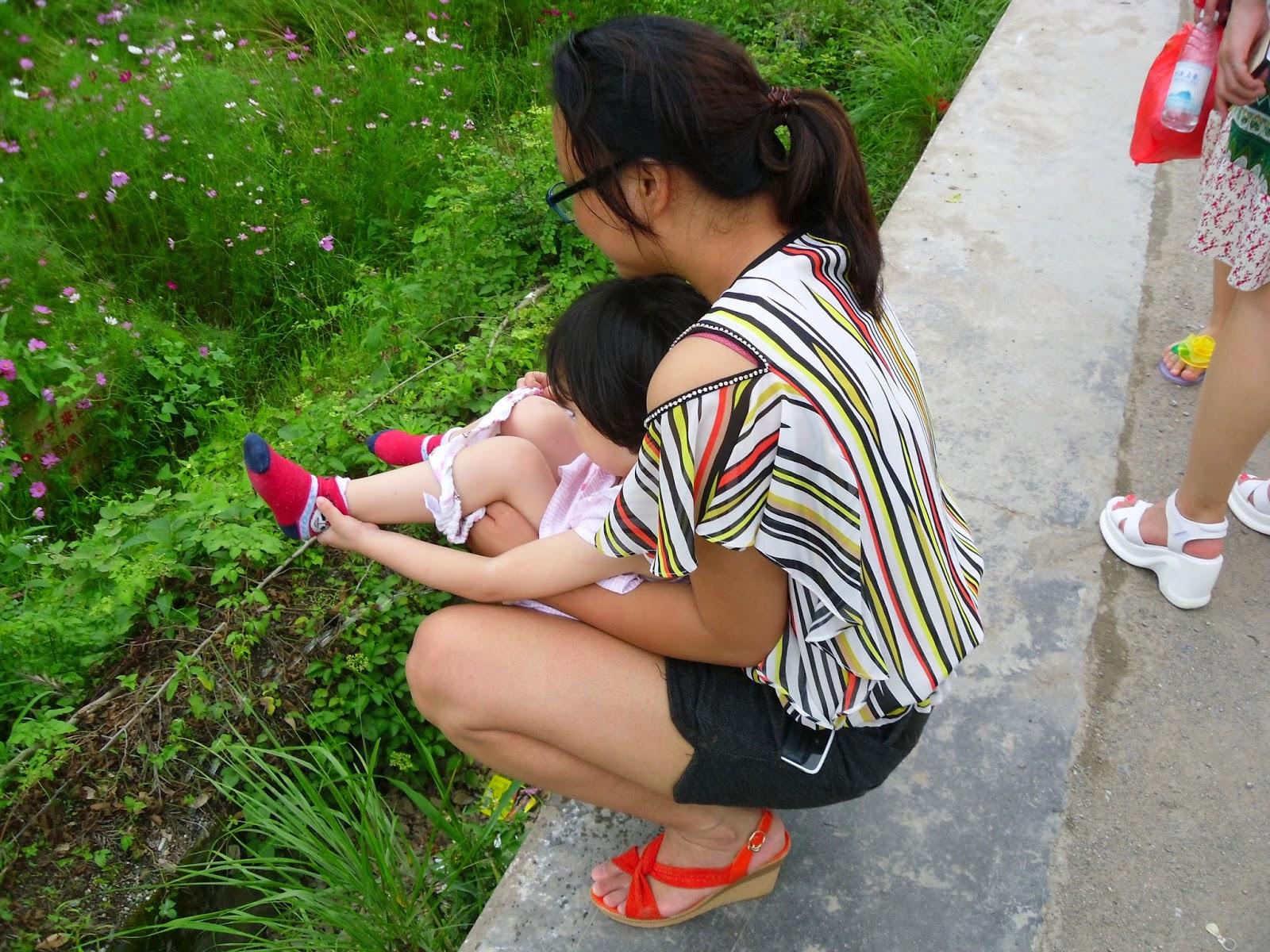 Curiosidades sobre os chineses: criança fazendo xixi na rua
