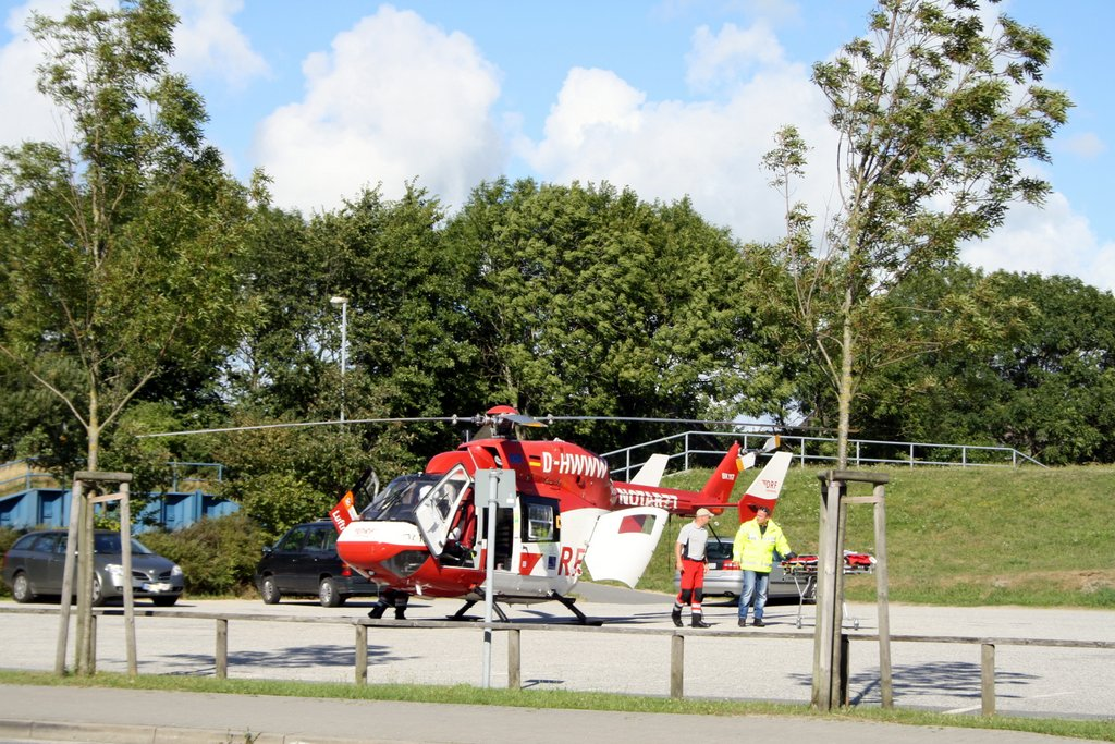 St. Peter-Ording Hubschraubereinsatz: Foto Hubschrauber mit Sanitätern auf dem Marktplatz