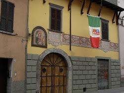 Una Bandiera al Balcone. Il segno di appartenenza