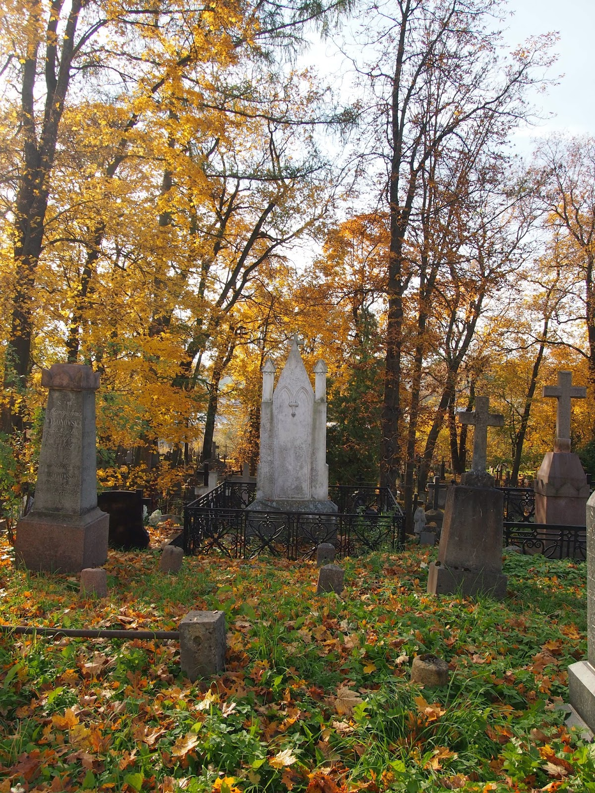 Fall foliage and the oldest graveyard in Vilnius