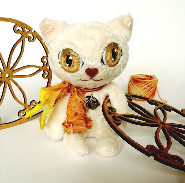 белый кот с желтыми глазами