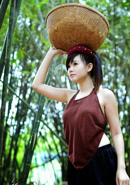 Girl xinh với áo yếm xưa bên hồ sen Phấn 1 1