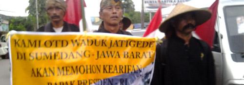 6 Warga Jatigede Jalan Kaki Menuju Istana Presiden