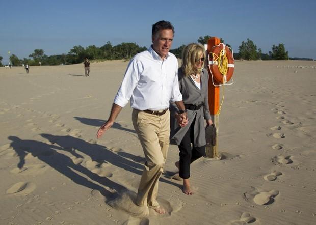 O republicano Mitt Romney dá uma volta na praia com sua esposa Ann, após parada da campanha em Holland State Park na terça (19) (Foto: Evan Vucci / AP)