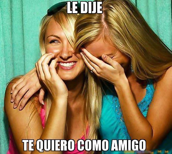 """Dos chicas ríen con malicia mientras en el texto se lee """"Le dije: te quiero como amigo""""."""