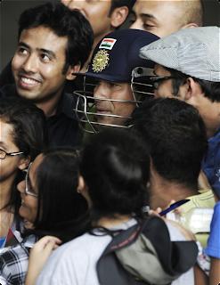 Sachin-Tendulkar-Poses-Australia-Fans