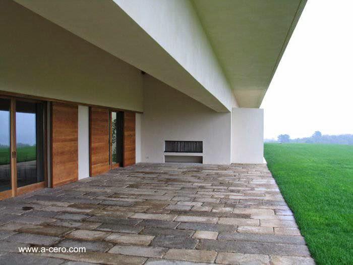 Patio con piso de piedra en el ala principal de la hacienda