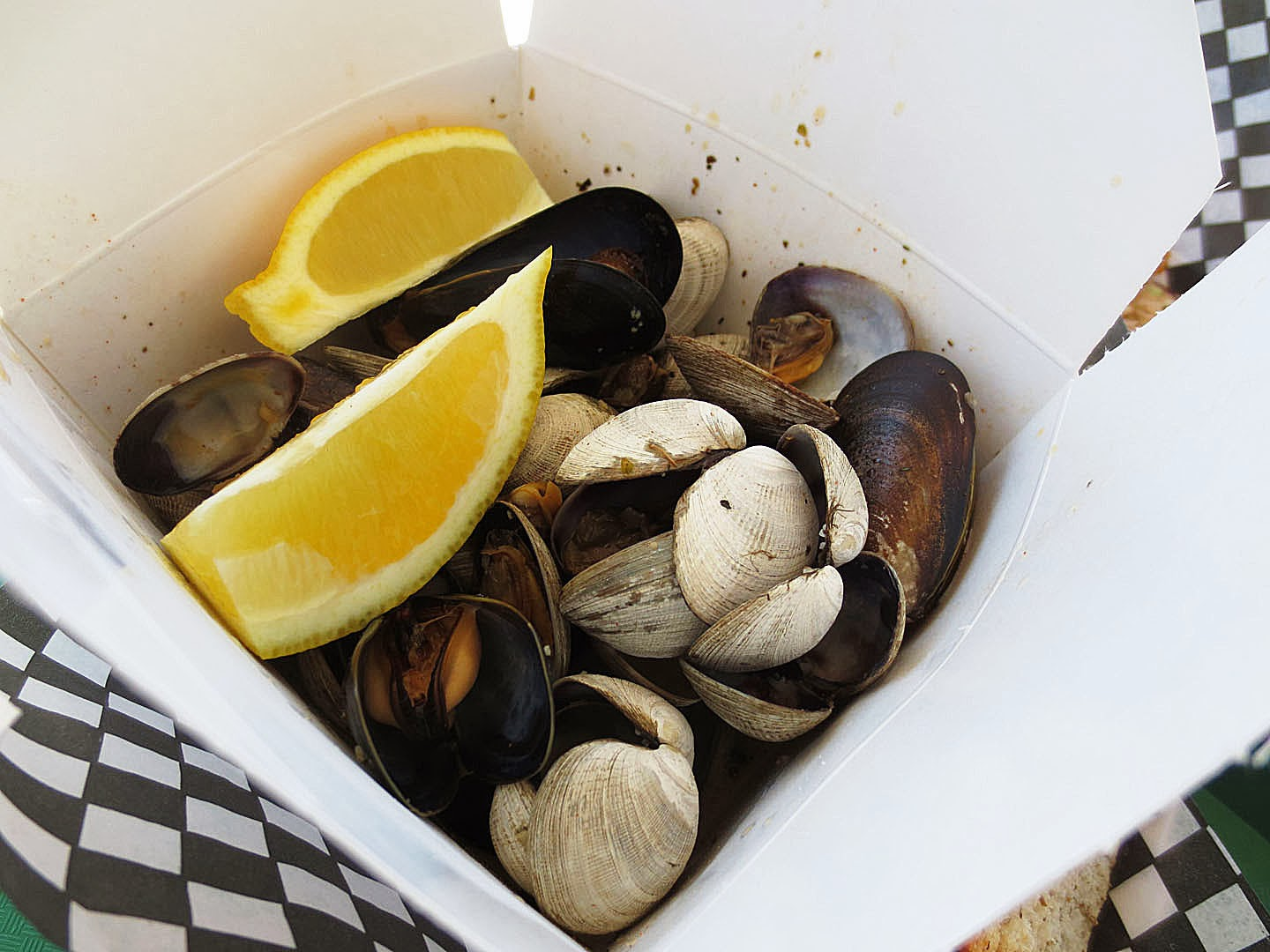 Steamed clams and mussels in garlic butter sauce