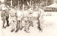 São militares da C. Caç. 4242 aguardando a chegada de um cabeça de ar condicionado