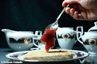 fotografia de colocando o doce na torrada
