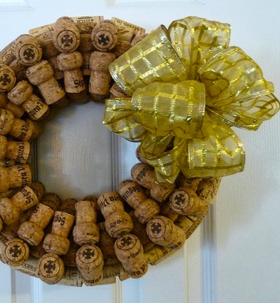 http://www.makeiteasycrafts.com/2014/01/recycled-wine-and-champagne-cork-wreath.html