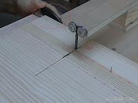 Ajustar la posición de la guía de corte en la sierra. www.enredandonogaraxe.com