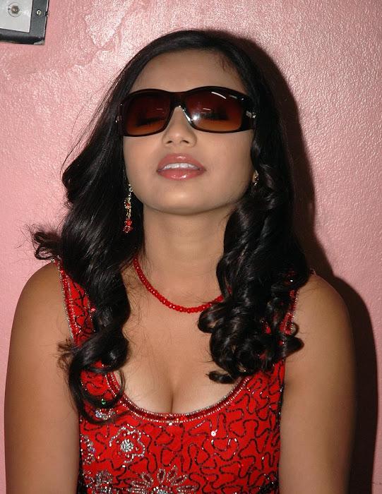 yamini in red dress actress pics
