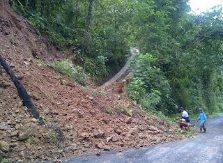 tanah longsor menutupi setengah badan jalan