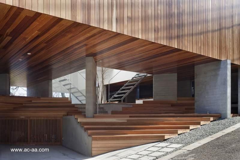 Vista del acceso a la moderna casa japonesa desde la calle