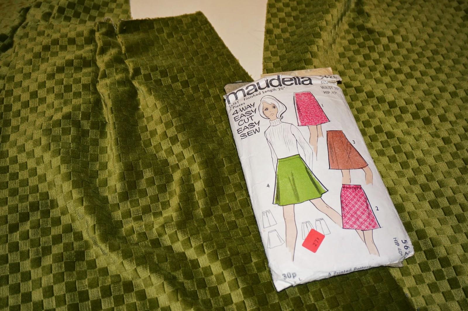 Jupe trapèze , tissu velours épais acheté en brocante , patron Maudella 5626  A-line mod mini skirt , vintage olive green thick velvet  fabric  , Maudella 5626 pattern  vintage annees 60 70 1960 1970 60s 70s twiggy