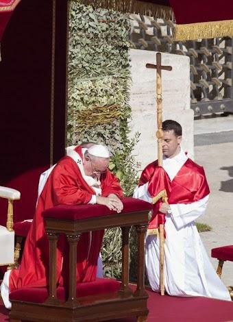 Cây Thánh Giá bằng gỗ, không có Chúa chịu nạn
