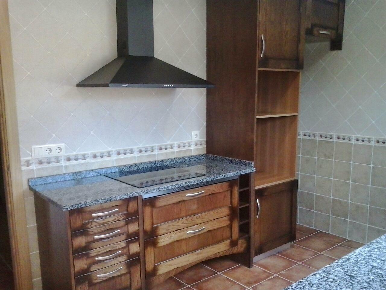 cocina en madera maciza encimera granito negro santaolalla cms
