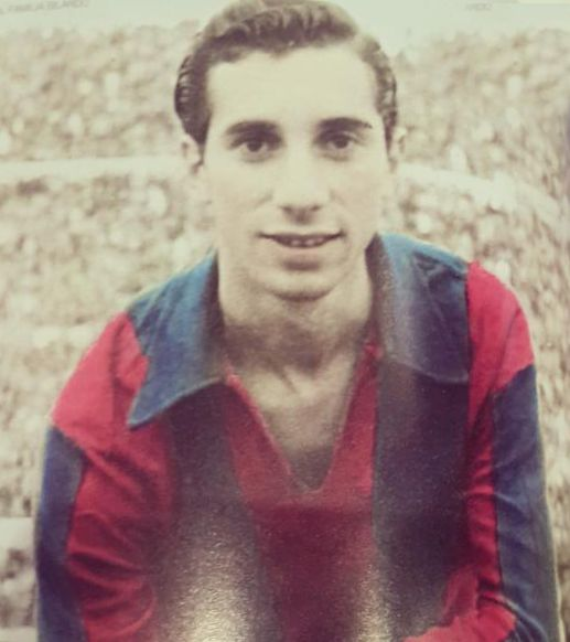 Bilardo jugador: joven, con la camiseta del club al que siguió de niño.