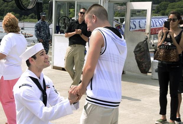 O marinheiro Jerrel Revels pede o namorado, Dylan Kirchner, em casamento ao voltar para casa após missão em submarino (Foto: Kristina Young/Marinha dos EUA/AP)
