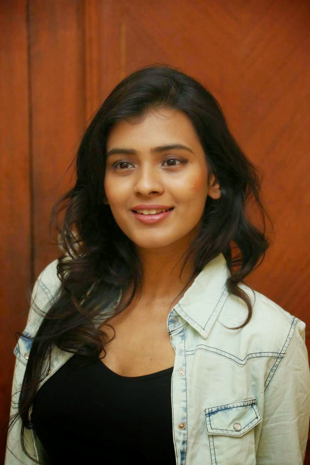 hebah patel latest glamorous stills-HQ-Photo-18