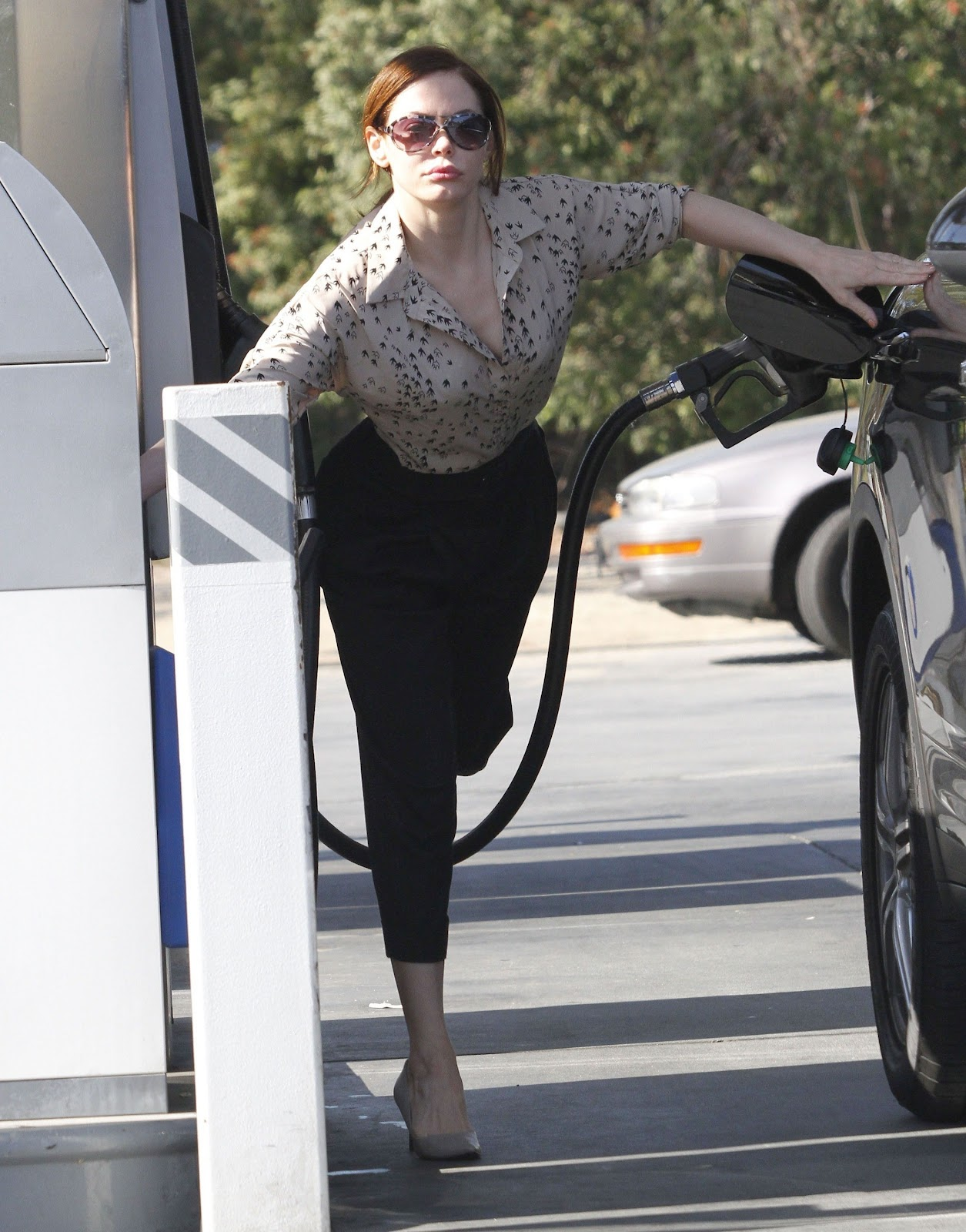 http://1.bp.blogspot.com/-TLbIcxeXsUM/T1jSgL-pnsI/AAAAAAAAA9w/CxESATV9ERM/s1600/Rose+McGowan+pumping+gas+at+a+gas+station+in+Los+Feliz,+March+02,+2012.jpg