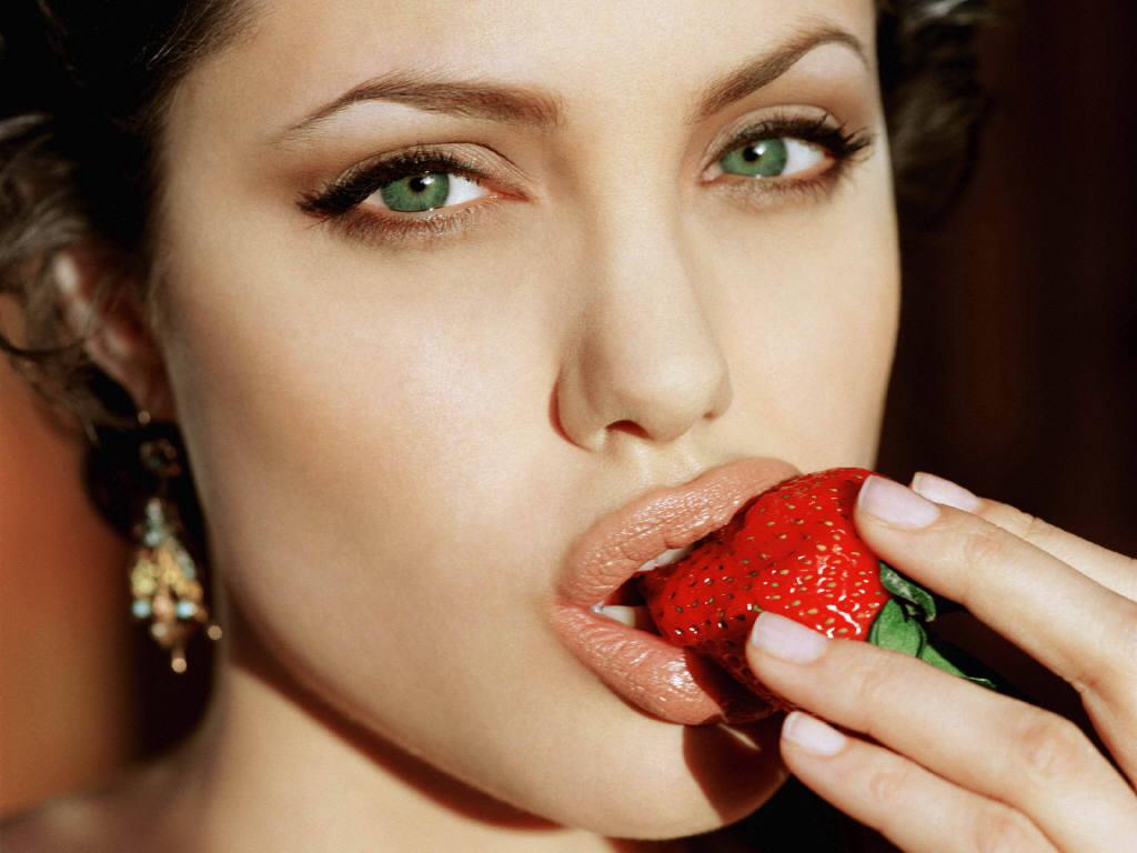 http://1.bp.blogspot.com/-TLsASJ_6z6I/Tqizf_QCv6I/AAAAAAAAELo/Mv28zEicJAU/s1600/angelina_jolie_lips.JPG