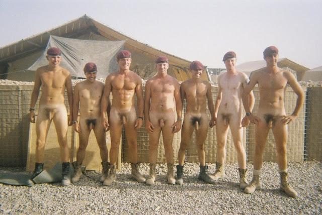 hombres desnudos banandose: