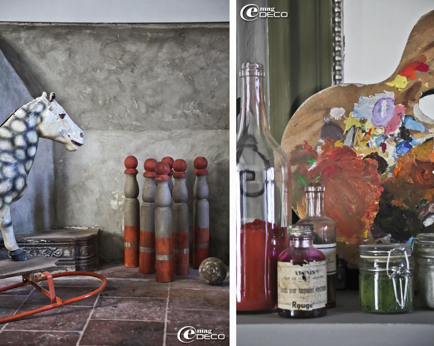 Cheval à bascule et jeu de quilles anciens dans une des chambres de la maison d'hôtes 'Les Nomades Baroques' à Barjac