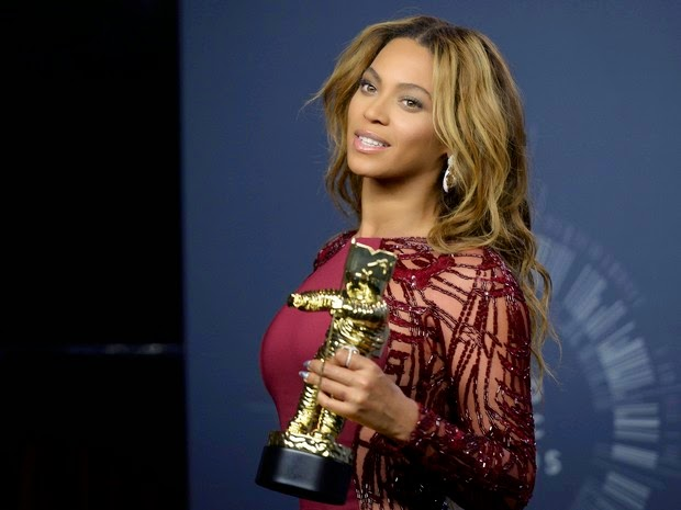 Beyoncé poses with the award he won at the VMA in Los Angeles, USA