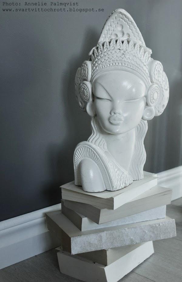 skulptur, vitt, vit skulptur, skultpturer, böcker, bok, boken, grå vägg, gråa väggar, grå väggarna, gråmålat, grått, gråa, vitt, vita, dekoration, dekorationer, inredningsdetalj, inredningsdetaljer, inredningsdetaljerna