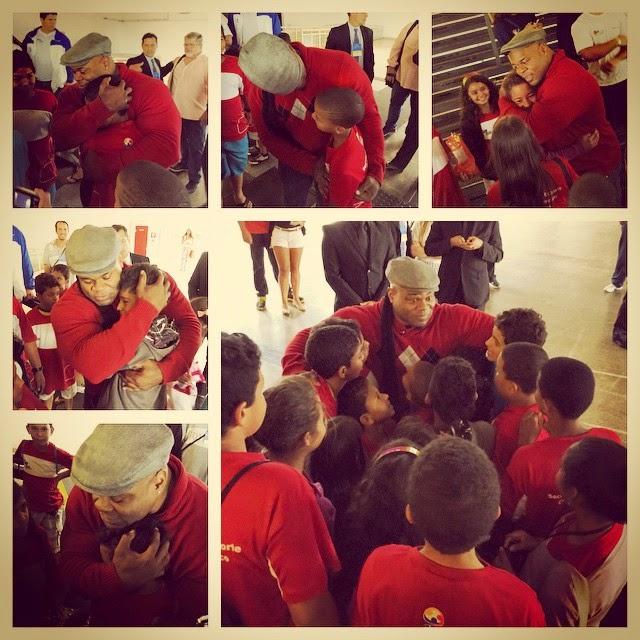 Kai Greene recebe o abraço de um grupo de crianças Foto: Reprodução/Instagram