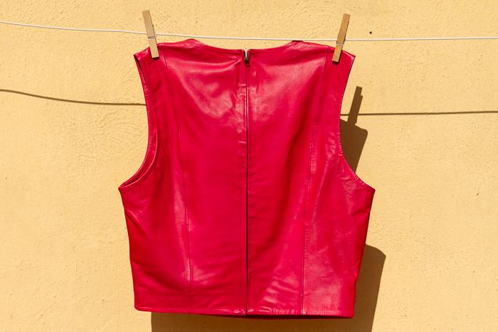 Chaleco de piel rojo corto para enseñar el ombligo de la marca de prendas de cuero Muubaa
