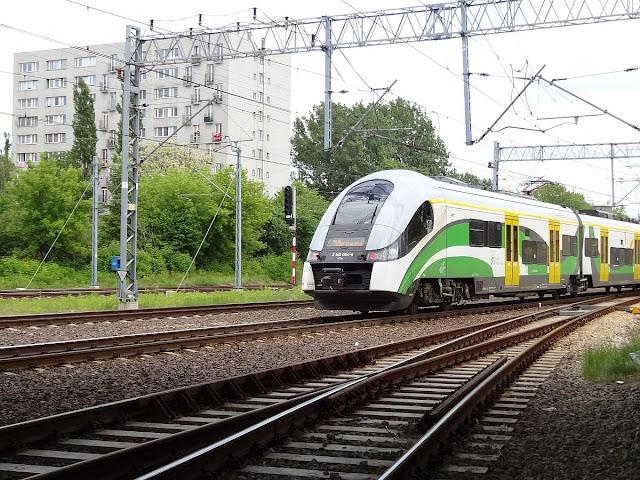 Pociąg SKM wyjeżdza z dworca Warszawa Gdańska