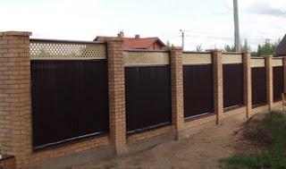 Забор из профлиста с кирпичными столбами (Премиум Плюс)