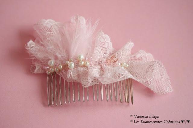 beau peigne de mariée romantique argent et dentelle de claais rose brodé de perles nacrées ivoire, de plumes rose véritable duvet délicat et de perles de cristal rose