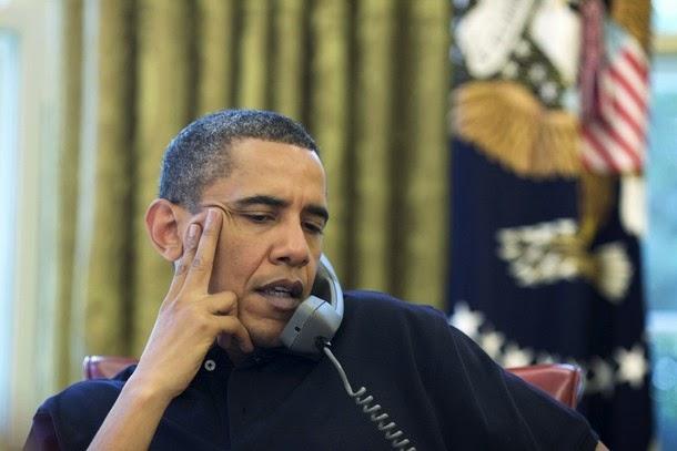 باراك اوباما يتحرش بفتاة أمام خطيبها