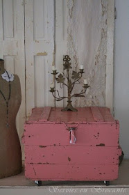 Eye for design decorating with distressed pink furniture for Cassapanca shabby chic