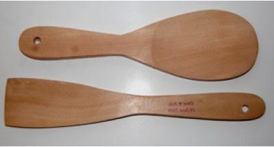 merapikan gigi secara alami dengan sendok kayu