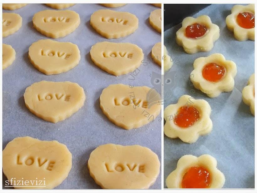 In una ciotola capiente mescolate dapprima margarina (sulla quale  spalmerete i semi di vaniglia) e zucchero a velo e poi aggiungete la farina.