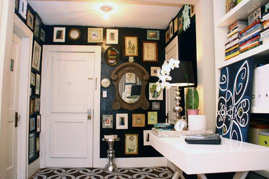 Shabby-Chic: Wanddeko mit alten Bilderrahmen und Spiegel